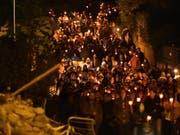 Mit Kerzen und Fackeln wurde der Opfer des Erdbebens gedacht. (Bild: KEYSTONE/EPA ANSA/EMILIANO GRILLOTTI)