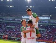 Stephan Lichtsteiner (links) jubelt mit Ruben Vargas (oben) über dessen erstes Bundesligator. (Bild: Imago)