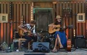 «Famous October» zum Auftakt: Rene Coal Burrell und seine Frau Sarah Bowmann eröffneten das Festival mit einfühlsamen Indie-Folk- Darbietungen. Bild: Patricia Helfenstein (Sarnen, 24. August 2019)