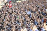 Schwingerfans feiern einen Schwinger im 8. Gang. Bild: Keystone/Urs Flüeler (Zug, 25. August 2019)