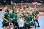 Medaille in die Kamera strecken: Die Handballerinnen des LC Brühl nach dem Sieg des Supercups. (Bild: Urs Bucher)