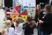 Am Samstag hat das Pestalozzidorf Trogen mit seiner Roadshow zu 30 Jahren Kinderrechte in der St.Galler Marktgasse Halt gemacht. Mit der Aktion soll darauf aufmerksam gemacht werden, was es zu feiern gibt, und dass noch viel zu tun ist, um den Kinderrechten weltweit zum Durchbruch zu verhelfen. Galionsfigur der Kampagne, die bis 20. November in fünf Schweizer Städten zu sehen ist, ist Justitia dargestellt als Kind und mit Superhelden-Outfit. (Bild: Elisabeth Reisp - 24. August 2019)