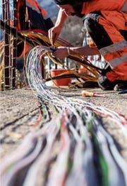 Das Verlegen von Glasfaserkabeln ist handwerklich anspruchsvoll. (Bild: Carlo Reguzzi/Keystone)
