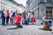 Wahlkampfauftakt SP in der St.Galler Altstadt: Kandidatinnen und Kandidaten schlagen Pflöcke als Symbol für ihre Forderungen ein. (Bild: Urs Bucher - 24. August 2019)
