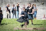 An den Highland Games werfen Frauen und Männer Baumstämme und Steine. (Bild: Ralph Ribi - 3. September 2017)