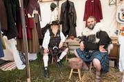 Gegen 50 Stände sind dieses JAhr am Mittelaltermarkt vertreten. Unter anderem verkaufen sie auch Kleider. (Bild: Ralph Ribi - 3. September 2017)