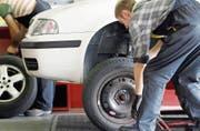 Auto reparieren: für viele Jugendliche ein Traumberuf. (Bild: Alessandro Della Bella/KEY)