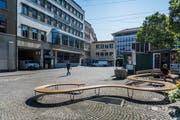Eine der provisorischen Aufwertungsmassnahmen auf dem Marktplatz: eine Sitzbank zwischen den Ständen des ständigen Marktes. (Bild: Michel Canonica - 24. Juli 2019)