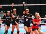 Die deutschen Volleyballerinnen freuen an der EM über den 3:2-Coup gegen Rekordchampion Russland (Bild: KEYSTONE/EPA/MARTIN DIVISEK)