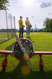 Die Gilmore mit ihrem 3 Zylinder 4-Takt Sternmotor hat 60 Kubik. Im Hintergrund dirigieren Christian Aberer und Richard Kläger ihre Lieblinge in der Luft. (Bild: Urs Bucher)