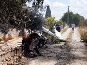 Die Wrackteile des abgestürzten Flugzeugs und Helikopters auf der Ferieninsel Mallorca. (Bild: KEYSTONE/EPA Baleares Fire Brigade/INCENDIOS F. BALEARES / HANDO)