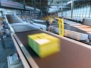 Online etikettierte Pakete werden günstiger. Darauf haben sich die Post und der Preisüberwacher geeinigt. (Bild: KEYSTONE/LAURENT GILLIERON)