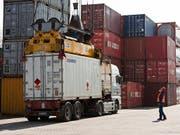 Der zunehmende Protektionismus trifft nur wenige KMU. Denn diese verzichten oft auf Exporte in Länder mit hohen Handelshindernissen. (Bild: KEYSTONE/GAETAN BALLY)