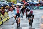 Harter Tag – grosser Sieg: Stefan Bissegger setzt sich in Privas bei starkem Regen in der sechsten Etappe der Tour de l'Avenir durch. (Bild: Tour de l'Avenir/Elisa Haumesser)