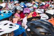 75 Prozent der Kinder sind heute mit einem Velohelm unterwegs. Diese Quote soll mit einem Obligatorium weiter steigen. (Bild: Urs Jaudas ((4.7.2012))
