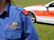 Die Zürcher Kantonspolizei hat am Montagnachmittag in Dietikon eine tote Frau gefunden. Ihr getrennt von ihr lebender Mann wurde noch am gleichen Tag verhaftet. (Bild: KEYSTONE/WALTER BIERI)