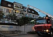 Fast ein Dutzend Bewohnerinnen und Bewohner wurden aus dem Haus gerettet, einige von ihnen mit dem Hubretter. (Bild: Sabine Camedda)