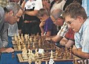 Benedict Hasenohr wartet auf den nächsten Zug des Schachgrossmeisters Garry Kasparow. (Bild: PD)