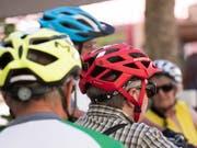 Die Beratungsstelle für Unfallverhütung (BFU) spricht sich für ein Velohelm-Obligatorium für die besonders verletzlichen Kinder bis 14 Jahre aus. An Vorbildern mangelt es nicht: Bereits tragen über die Hälfte aller Menschen, die in der Schweiz mit einem Fahrrad unterwegs sind, einen Helm. (Bild: KEYSTONE/CHRISTIAN BEUTLER)