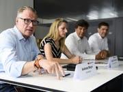 SBB-Chef Andreas Meyer hat am Dienstag zusammen mit Projektleiterin Ladina Purtschert und Vertretern der Axon Vibe die Pläne für eine neue Mobilitäts-Plattform vorgestellt. (KEYSTONE/Anthony Anex) (Bild: KEYSTONE/ANTHONY ANEX)
