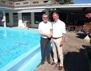 Gemeindepräsident Remo Zberg (rechts) verabschiedet den langjährigen Badi-Wirt Hans Zibung. (Bild: Kurt Liembd, Hergiswil, 26. August 2019)