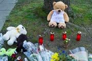 Am Tatort im Gotthelfquartier werden nach der Bluttat Blumen niedergelegt. (Bild: Roland Schmid)