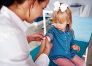 Kinder, deren Eltern auf der Liste der säumigen Prämienzahler stehen, werden nur noch im Notfall behandelt.Bild: Getty