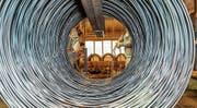 Aus diesen sogenannten Coils von Swiss Steel in Emmenbrücke werden Stäbe oder Drähte gemacht. (Bild: PD)