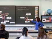 Sexualkunde-Unterricht in der Schule hat laut einer neuen Studie einen positiven Einfluss auf die sexuelle Gesundheit. (Bild: KEYSTONE/GAETAN BALLY)