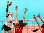 Die Schweizer Angreiferin Maja Storck (im weissen Dress) überzeugte gegen Spanien mit 26 Punkten (Bild: KEYSTONE/EPA/MARTIN DIVISEK)