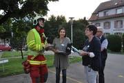 Einsatzleiter Michael Louis im Austausch mit Gabriella Wiss und Marlies Janssen (von links). (Bild: Sabine Camedda)