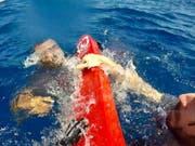 Bei einem Bootsunglück vor der libyschen Küste sind mehrere Flüchtlinge ums Leben gekommen, 60 Menschen konnten gerettet werden. (Bild: KEYSTONE/EPA ANSA/CONCETTA RIZZO)