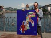 Daniel Röösli mit dem Bild «Roter Mann mit drei Schlüsseln». (Bild: PD)
