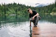 Der 41-jährige Bündner Autor Arno Camenisch am Crestasee bei Flims. (Bild: Christian Beutler, Keystone)