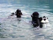 Polizeitaucher suchten seit Sonntagmittag im Voralpsee SG nach dem vermissten Schwimmer. Nun wurde er am Grund des Sees gefunden. (Bild: Kantonspolizei St. Gallen)