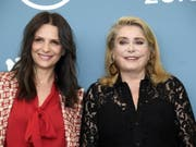 Die französischen Schauspielerinnen Juliette Binoche (links) und Catherine Deneuve präsentieren am Eröffnungsabend der diesjährigen Festspiele in Venedig ihren Film «La vérité». (Bild: Keystone/EPA ANSA/CLAUDIO ONORATI)