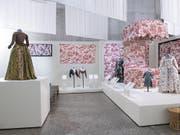Ein Blick in die Ausstellung im Zürcher Landesmuseum: Aus den Stoffen entstanden auch Kleider für die gehobene Gesellschaft. (Bild: Schweizer Nationalmuseum)