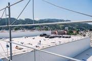 Auf dem riesigen Dach werden die ersten Solarpanels installiert. (Bild: Urs Bucher)