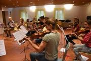 Auch das Streichorchester bereitet sich seit einiger Zeit auf die Konzerte vor. (Bild: PD)