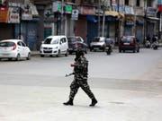 Zehntausende Soldaten schränken die Bewegungsfreiheit der Menschen in Kaschmir. Auch Internet- und Telefonverbindungen sind seit Wochen stark zensuriert. (Archivbild einer Strasse in Srinagar) (Bild: Keystone/EPA/FAROOQ KHAN)