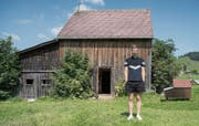 Hinten der Schopf, rechts der Bienenstock, vorne der Klangkünstler: Ludwig Berger vor seiner Installation in Gais. Bild: Lisa Jenny