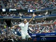 Roger Federer musste im rappelvollen Arthur Ashe Stadium erneut einen Satzverlust hinnehmen, steht aber zum 19. Mal in der 3. Runde des US Open (Bild: KEYSTONE/FR171643 AP/EDUARDO MUNOZ ALVAREZ)