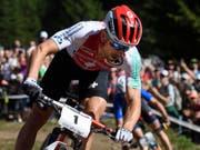 Schlussfahrer Nino Schurter wird seinem Status im Team-Wettkampf gerecht und sichert der Schweiz die erste Goldmedaille an der WM in Kanada (Bild: KEYSTONE/GIAN EHRENZELLER)