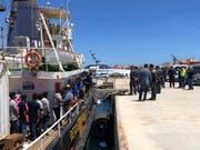 Im Mai konnten die Flüchtlinge das Rettungsschiff «Mare Jonio» im Hafen von Lampedusa verlassen. Nun rettete die Crew erneut 100 Menschen in Seenot. (Bild: Keystone/EPA ANSA/ELIO DESIDERIO)
