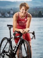 Sandrine Benz mit ihrem Rennvelo. Auch Schwimmen und Laufen gehören zum Triathlon. (Bild: Ralph Ribi)