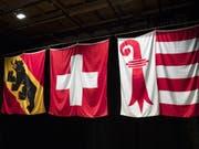Fahnen des Kantons Bern, der Schweiz und des Kantons Jura. Das Bild entstand 2017 bei der Auflösung der Interjurassischen Versammlung. (Bild: Keystone/PETER KLAUNZER)