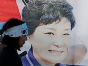 Ein Unterstützer der südkoreanischen Ex-Präsidentin Park Geun Hye in der Nähe des Obersten Gerichts in Seoul: Dieses hat Parks Verurteilung aufgehoben, der Fall muss neu verhandelt werden. (Bild: KEYSTONE/AP/LEE JIN-MAN)