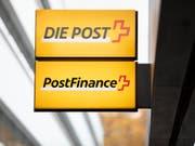 Der Betriebsertrag der PostFinance ist um 4 Prozent gefallen: Logos von Post und PostFinance (Archivbild). (Bild: KEYSTONE/GAETAN BALLY)