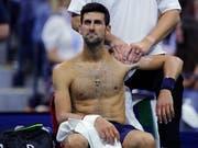 Leidend zum Sieg: Novak Djokovic muss sich an der linken Schulter behandeln lassen (Bild: KEYSTONE/AP/CHARLES KRUPA)