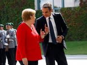 Gastgeberin Merkel empfängt den griechischen Regierungschef Mitsotakis vor dem Kanzleramt in Berlin. (Bild: KEYSTONE/EPA/FELIPE TRUEBA)